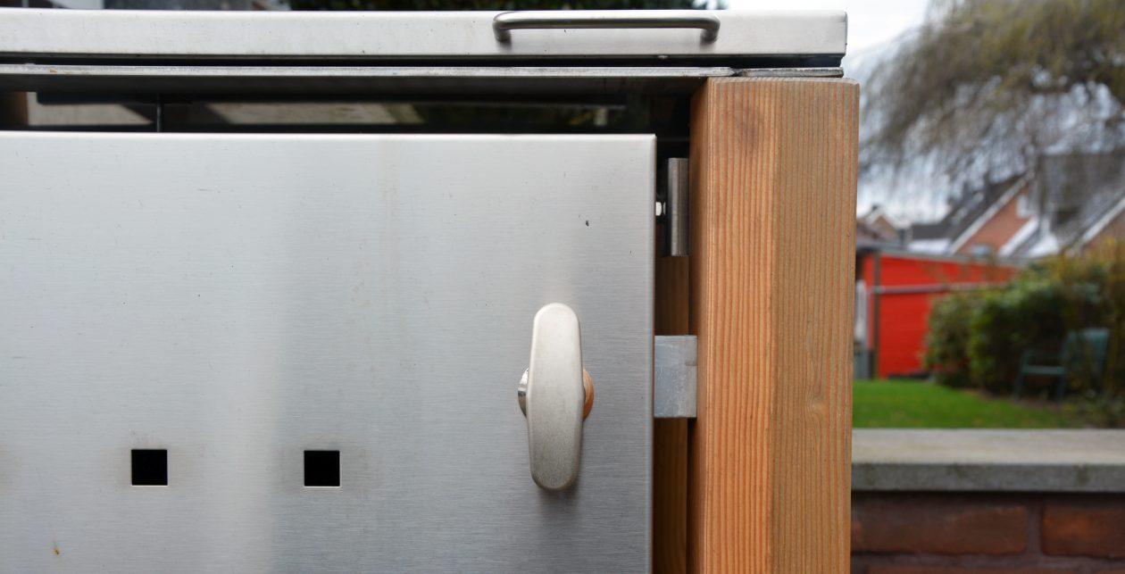 Verschlusssystem einer Mülltonnenbox aus Holz - RESORTI