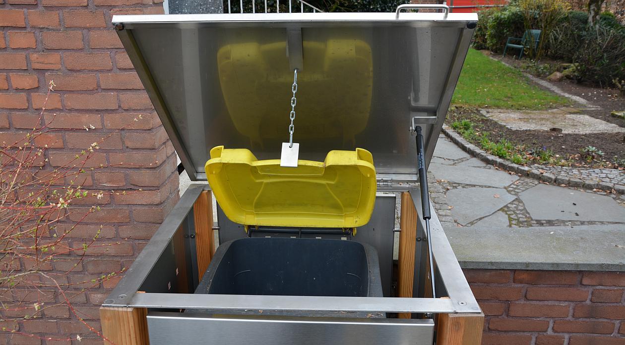 Aufgeklappte gelbe Mülltonne in Mülltonnenbox - RESORTI