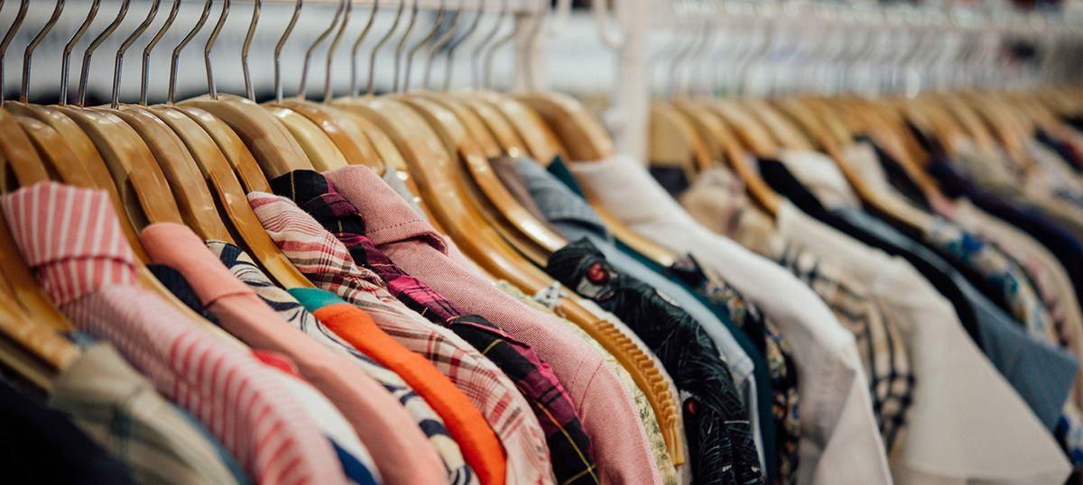 Müllvermeidung: Alte Kleider auf Kleiderstangen - RESORTI
