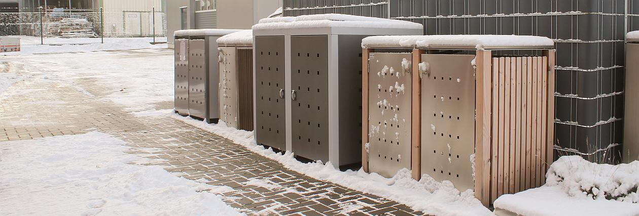 Verschneiter Zugangsweg zu Mülltonnenboxen - RESORTI