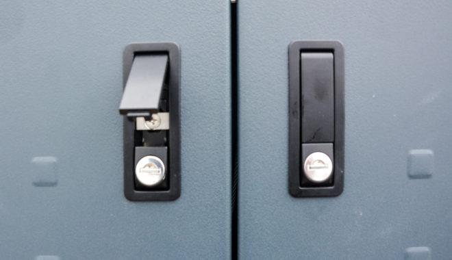 Klapphebelverschluss für Tür an Mülltonnenbox - RESORTI Mülltonnenboxenratgeber (c) 2016 RESORTI