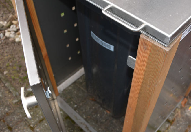 Knebelgriff für Tür von Mülltonnenbox - RESORTI Mülltonnenboxenratgeber (c) 2016 RESORTI